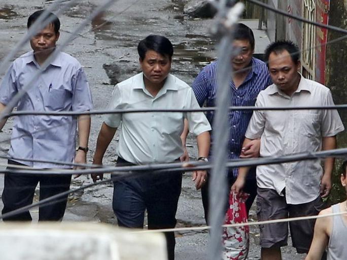 Thiếu tướng Nguyễn Đức Chung (thứ hai từ trái qua), Giám đốc Công an TP Hà Nội, đã trực tiếp một mình thuyết phục kẻ bắt cóc con tin có hung khí tại Thanh Xuân, để sau đó người này (bìa phải) đồng ý thả con tin và ra đầu thú