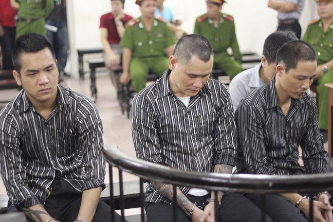 Bị cáo Nguyễn Kim Bình- ngồi giữa- bạn ông Lê Trung Kiên đã thuê hai bị cáo còn lại sát hại ông Kiều Hồng Thành