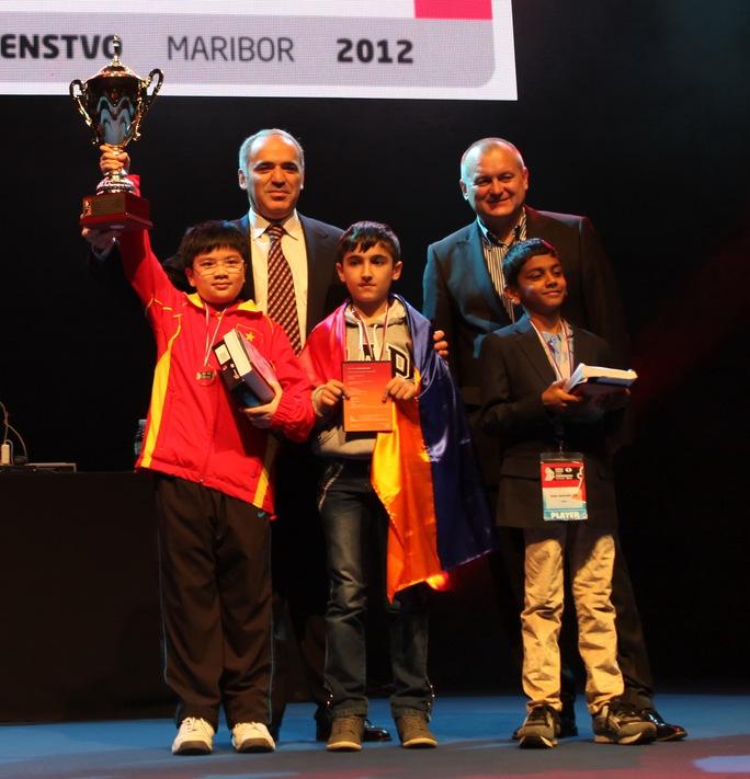 Nguyễn Anh Khôi được danh kỳ Gary Kasparov (trái) trao thưởng vô địch U10 thế giới năm 2012