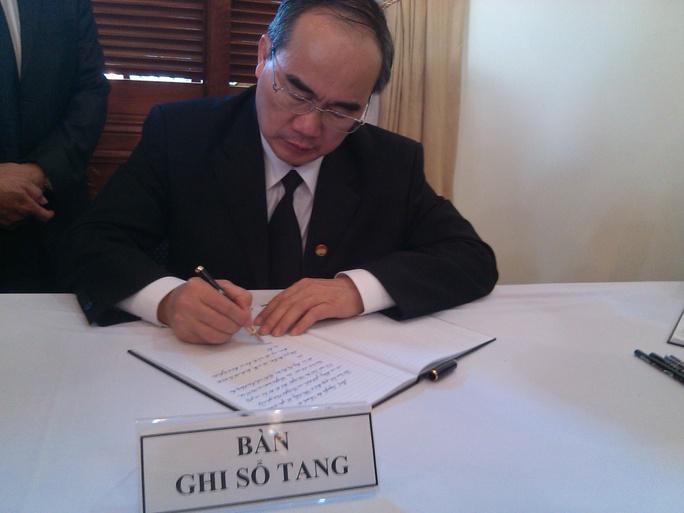 Ông Nguyễn Thiện Nhân, Chủ tịch UB trung ương MTTQ Việt Nam ghi vào sổ tang
