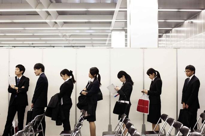 Sinh viên tham dự một hội chợ việc làm ở thủ đô Tokyo - Nhật BảnẢnh: BLOOMBERG