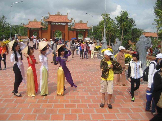 Nhiều bạn trẻ đến sớm đã tranh thủ chụp ảnh phía trước sân chùa