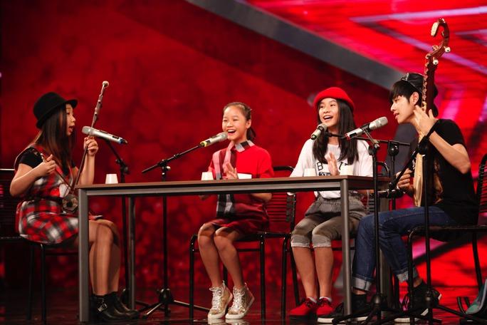 Bốn chị em gây ấn tượng ở vòng loại sân khấu khi kết hợp nhạc cụ dân tộc với những chiếc cốc trong tiết mục hát Lý kéo chài. Ảnh: Ân Nguyễn