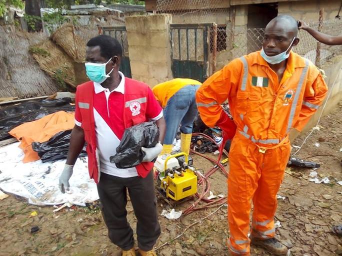 Thi thể của nạn nhân được thu thập. Ảnh: Reuters