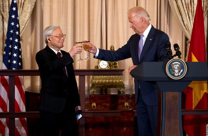 Tổng Bí thư Nguyễn Phú Trọng và Phó Tổng thống Mỹ Joe Biden cùng nâng ly tại cuộc hiêu đãi trọng thể của Chính phủ Mỹ - Ảnh: Đại sứ quán Mỹ tại Hà Nội