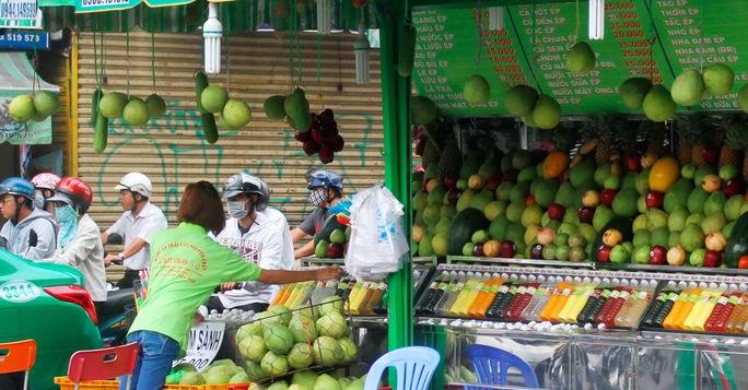 Một cửa hàng bán nước ép trái cây trên đường Nguyễn Thị Minh Khai cũng thu hút rất nhiều khách hàng