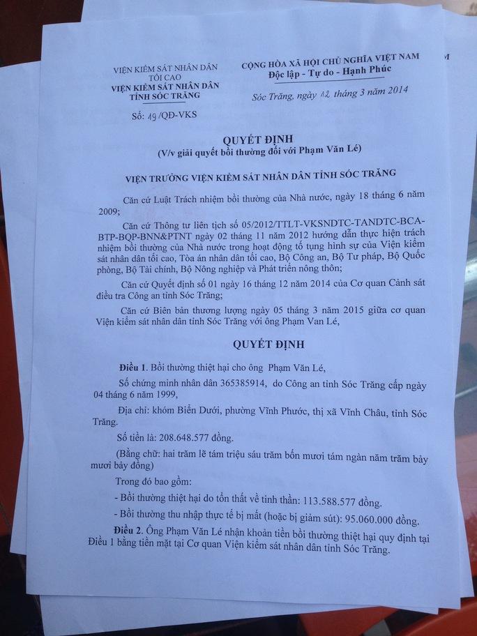 Quyết định bồi thường oan sai của VKSND Sóc Trăng trao cho ông Lé và ông Lến đều ghi ngày 12-3-2014.