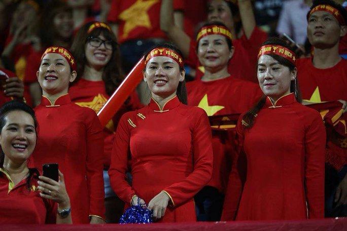 CĐV nữ mặc áo dài cổ vũ U23 Việt Nam