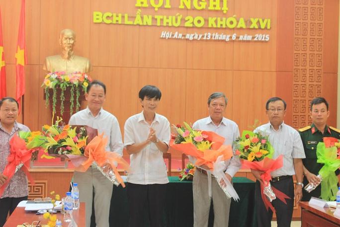 Ông Kiều Cư (thứ ba từ phải sang) được bầu giữ chức Bí thư Thành ủy Hội An Ảnh: Tuấn Hoàng