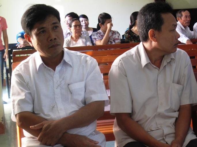 Ông Lê Đức Hoàn (đầu tiên bên trái) vẫn giữ nét mặt lạnh lùng