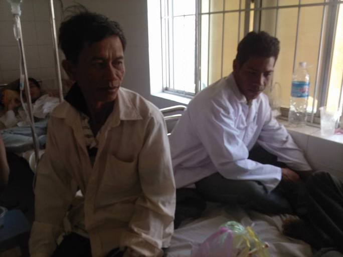 Ông Lâm Ngọc Minh (trái) cùng với anh Lâm Suol vừa mới hồi phục trên giường bệnh