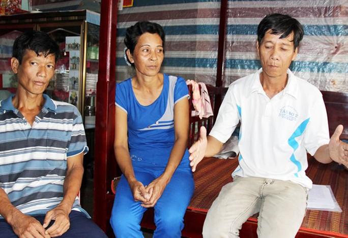 Ông Lé (phải) cùng vợ và em trai mới chỉ nhận được tiền tạm ứng bồi thường, chưa được xin lỗi công khai