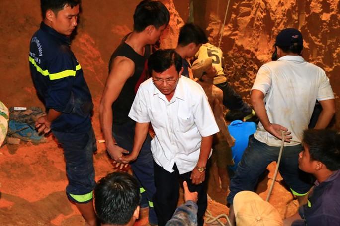 Ông Nguyễn Thành Phương, Chủ tịch UBND Thị xã Tân Uyên đến hiện trường từ 17 giờ. Lúc 1 giờ rạng sáng, quá nóng lòng ông chạy thẳng xuống miệng giếng dòm thử. Ông chỉ đạo việc giải cứu phải làm hết sức tỉ mỉ