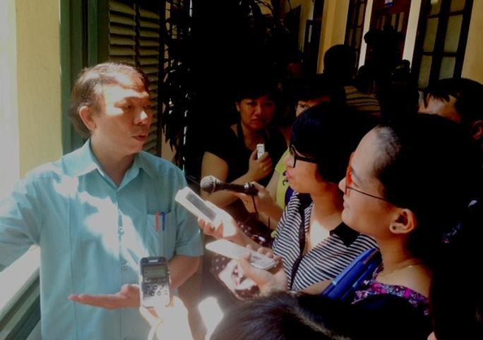 Ông Mai Đức Chính trả lời phỏng vấn các phóng viên sáng 25-8