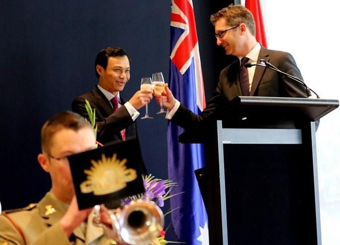 Đại sứ Việt Nam tại Úc Lương Thanh Nghị (trái) và quan khách tại buổi lễ