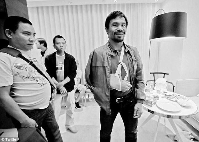 Hình ảnh cho thấy Pacquiao chấn thuơgn cánh tay phải khá nặng