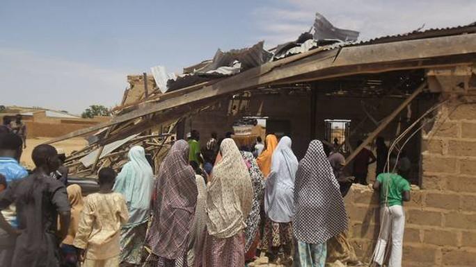 Người dân Nigeria tụ tập tại một khu vực bị đánh bom. Ảnh: AP