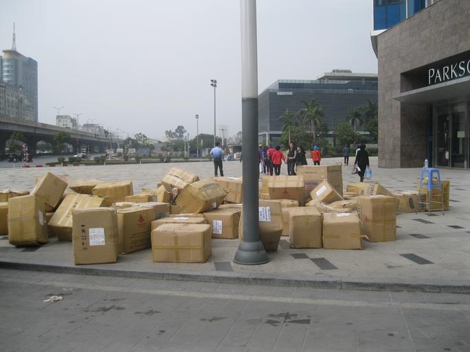 Nhiều hàng hóa, đồ đạc của người thuê kinh doanh tại TTTM Parkson Keangnam Landmark đang được dọn đi sáng 4-1