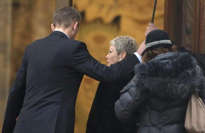 Đại sứ của Tổ chức an ninh và hợp tác châu Âu (OSCE) Heidi Tagliavini (giữa) đến dự đàm phán hòa bình ở Donetsk hôm 31-1. Ảnh: Reuters.
