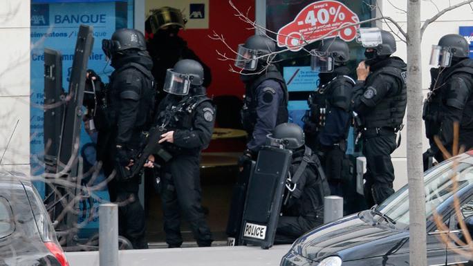 Lực lượng đặc nhiệm Pháp có mặt. Ảnh: Reuters