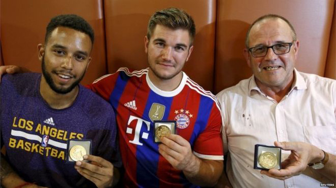 Các abg Anthony Sadler, Alek Skarlatos và ông Chris Norman nhận huy chương cho lòng dũng cảm. Ảnh: Reuters