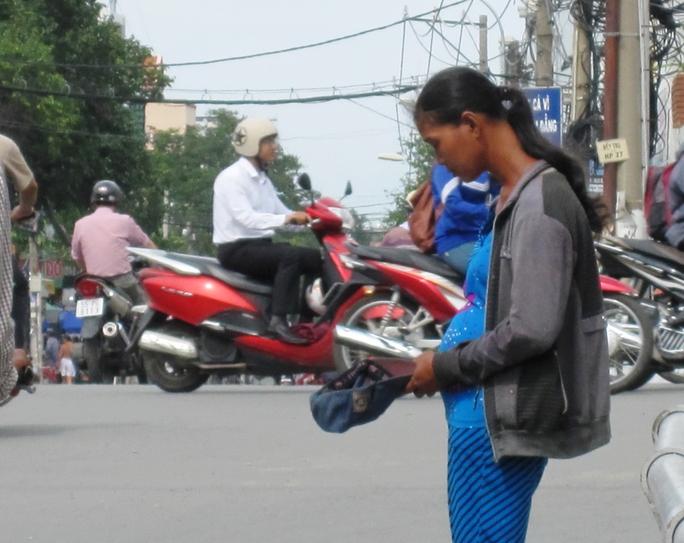 Người phụ nữ giả mang bầu xin tiền trên cầu Phạm Hùng (quận 8)