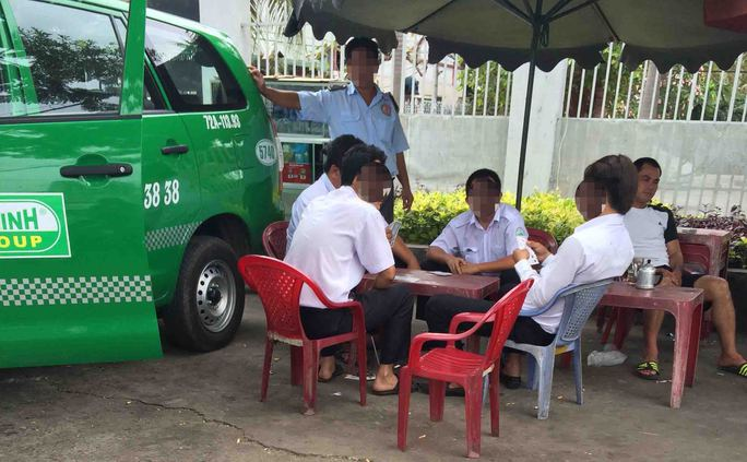 """Một nhóm tài xế ở TP HCM tranh thủ """"làm vài ván"""" đầu nămẢnh: THÀNH ĐỒNG"""