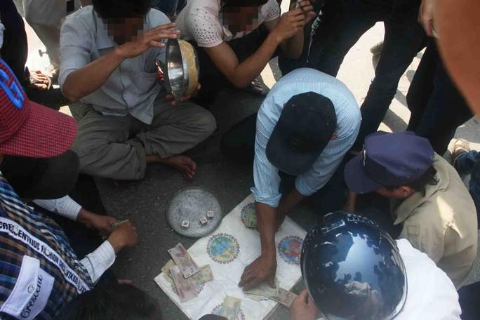 Nhiều người tập trung đánh bầu cua trong một lễ hội đua thuyền ở Quảng Nam vào sáng 25-2  Ảnh: QUANG VINH