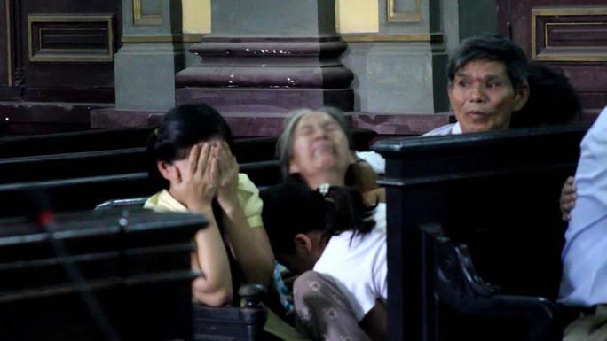 Mẹ và chị của Nguyễn Anh Tín khóc nức nở khi nghe tòa tuyên án tử hình đối với bị cáo