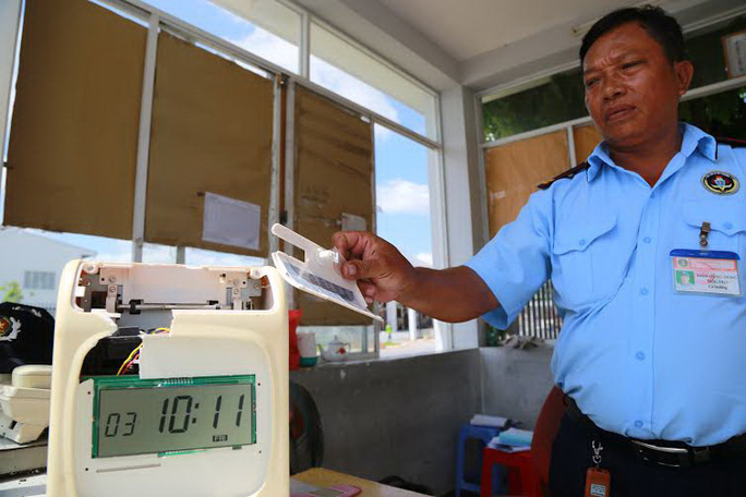 Máy chấm công bị côn đồ đập nát (ảnh lớn) và cổng Công ty TNHH Vĩnh Hưng Đạt bị côn đồ dùng mã tấu chém (ảnh nhỏ)