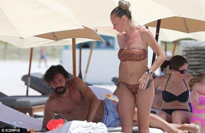 Pirlo và vợ tại bãi biển Miami