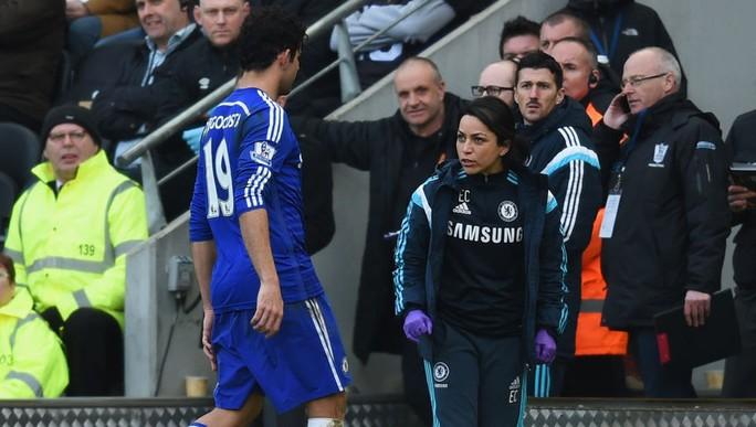 Nữ bác sĩ Chelsea Eva Carneiro và tiền đạo Cota trong một trận đấu của Chelsea trước đó