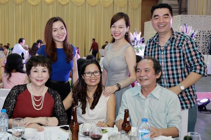 Ca sĩ Ngọc Anh - Hà Hoài Thu (đứng) và nhạc sĩ - nhà thơ Nguyễn Trọng Tạo (ngồi) chúc mừng ca sĩ đàn em