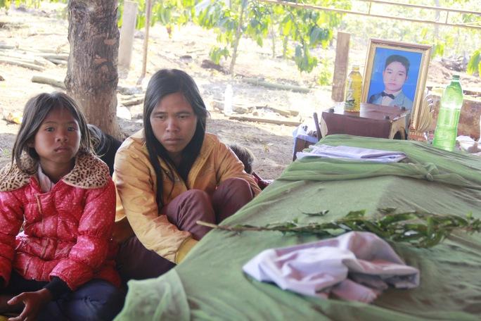 Sáng ngày 7-4, gia đình cùng người thân đang làm lễ tang cho nạn nhânRơ Châm Thul. Bên quan tài chồng, chị chị Đinh Thị Hoa khóc lên khócxuống.