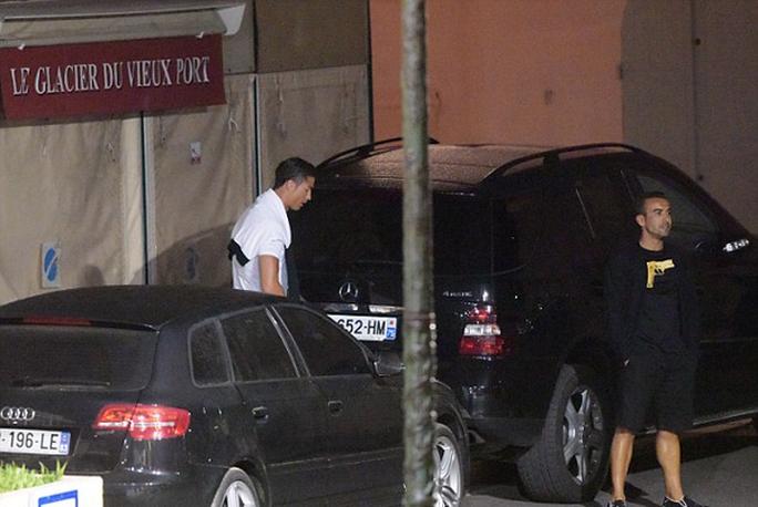 Ronaldo bị bắt gặp tiểu tiện giữa đường phố Pháp