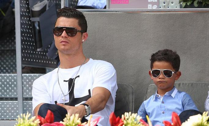 Cha còn Ronaldo trong một lần đi xem quần vợt