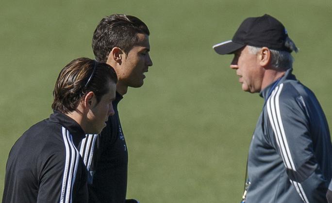 HLV Ancelotti nói chuyện với Ronaldo và Bale trong buổi tập trước trận tiếp Schalke
