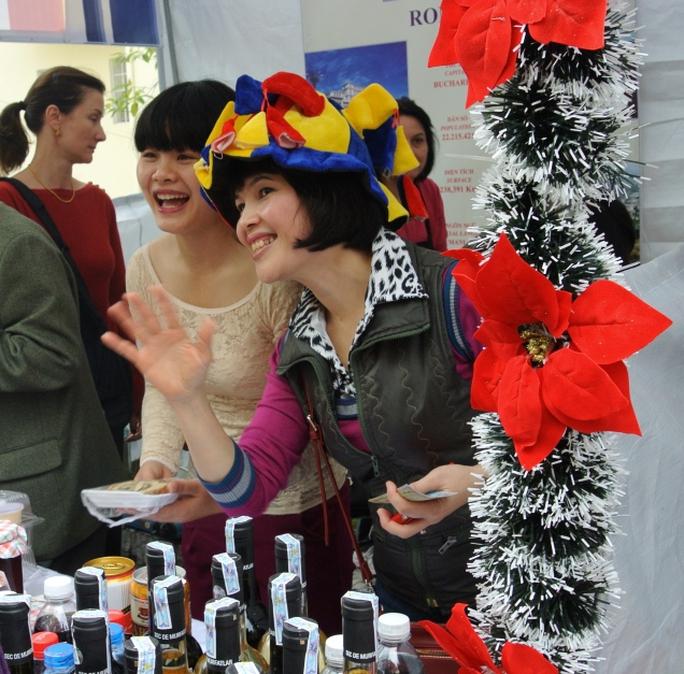 Nụ cười của các nhân viên sứ quán bán vang và mứt tươi đến từ Romania