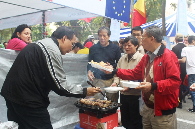 3 bếp nướng xúc xích và chả Romania làm việc hết công suất vẫn không kịp phục vụ khách hàng