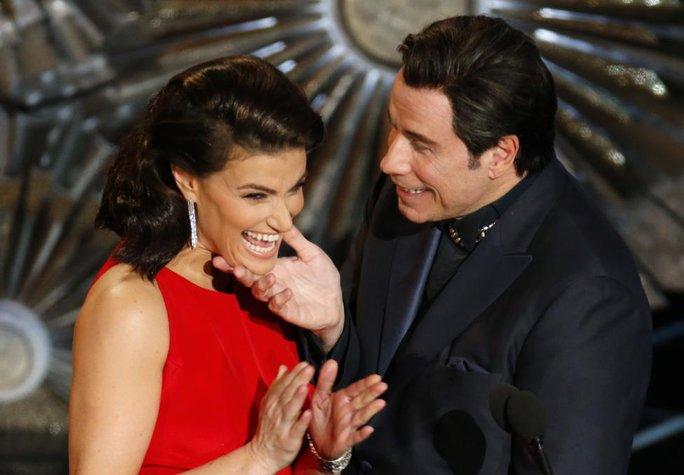 Idina Menzel và John Travolta trên sân khấu Lễ trao Giải Oscar lần thứ 87