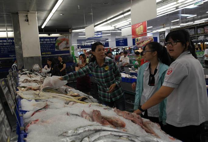 Khách hàng mua sắm tại một kho Metro ở TP HCM