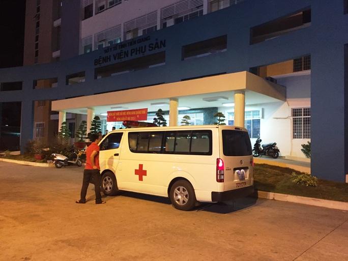 Sản phụ được đưa lên xe cấp cứu này nằm chờ hơn 30 phút