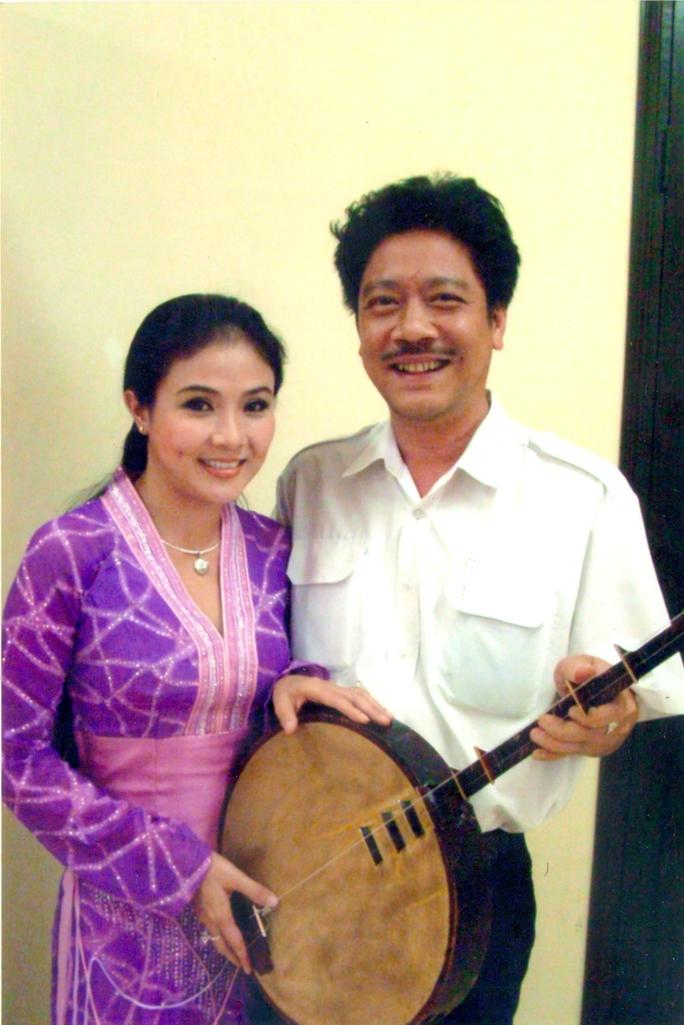 Ông Nguyễn Anh Kiệt - Giám đốc Nhà hát kịch TP HCM (phải) cùng nghệ sĩ Thanh Ngân