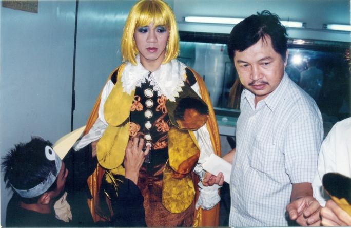 Đạo diễn Hùng Lâm và NSƯT Thành Lộc chuẩn bị quay vở Vị hoàng tử hạnh phúc tại phim trường HTV