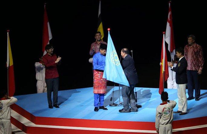 Đại diện chủ nhà SEA Games 2017 Malaysia nhận cờ từ Singapore