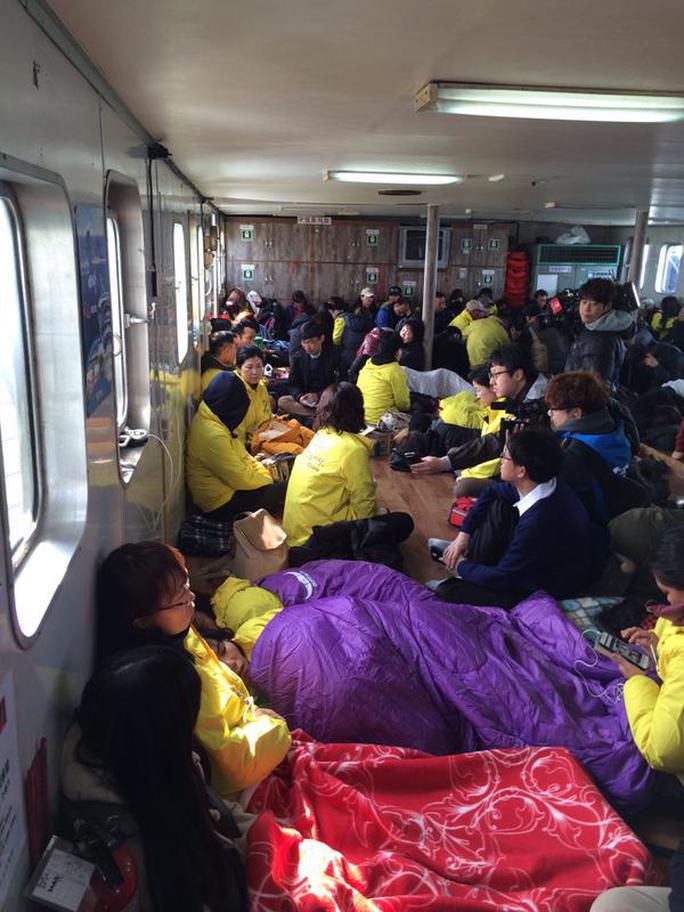 Hơn 200 người thân nạn nhân chờ đợi trong lo lắng. Ảnh: CNA