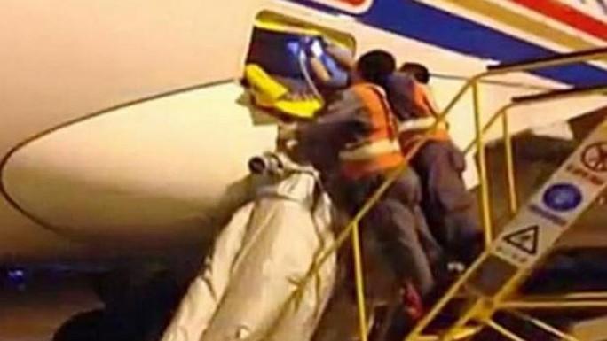 Một hành khách Trung Quốc gây trì hoãn 2 giờ đồng hồ khi bật phao trượt khẩn cấp. Ảnh: Straits Times