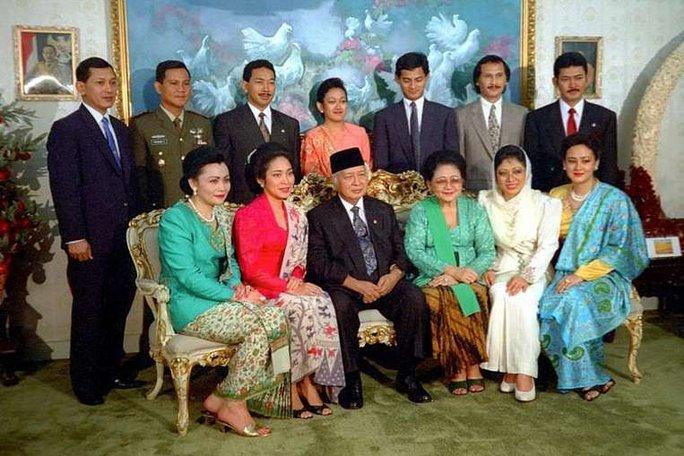Cựu Tổng thống Suharto cùng vợ (ngồi giữa) chụp ảnh cùng các con. Ảnh: Tempo