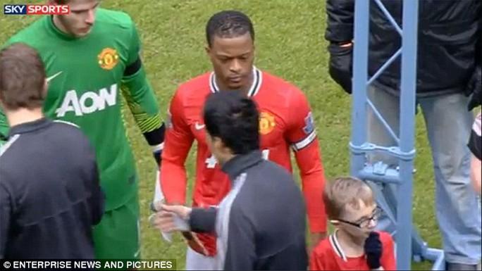 Evra kh6ng thèm đếm xỉa đến Suarez sau khi bị tiền dạo người Uruguay nhục mạ
