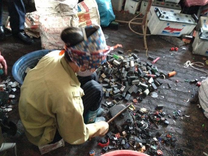 Tái chế chì tại một làng nghề thủ công ở tỉnh Hưng YênẢnh: Ngọc Dung